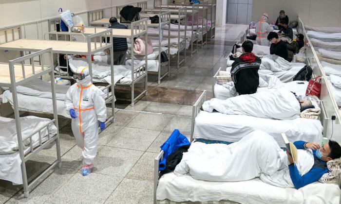 신종 코로나바이러스 경증 환자를 위해 임시 병원으로 개조한 중국 후베이성 우한 국제회의 전시센터에서 보호복을 입은 의료인들이 환자들을 돌보고 있다. 2020. 2. 5. | Reuters=연합뉴스