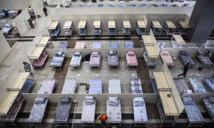 근로자들이 중국 우한시 우한 국제회의전시관에서 침대 준비를 계속하고 있다. 2020. 2. 4.   Getty Images