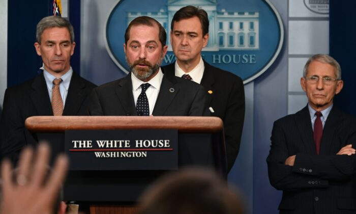 알렉스 아자르 미국 보건복지부 장관이 워싱턴 DC에서 열린 대통령 코로나바이러스 태스크포스 대책본부 위원 브리핑에서 질문을 받고 있다. 2020. 1. 31.   ANDREW CABALLERO-REYNOLDS/AFP via Getty Images