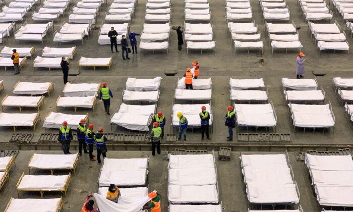 일꾼들이 중국 우한 팡창(方舱)병원에 침대를 설치하고 있다. 2020. 2. 4.   STR/AFP via Getty Images