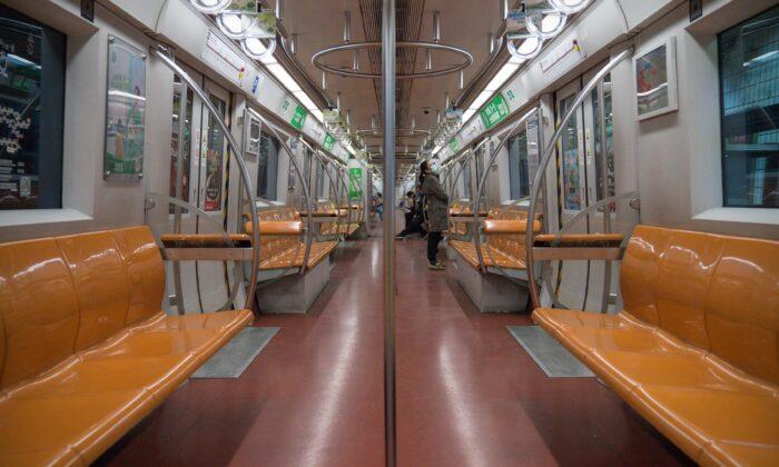 설 연휴가 끝난 첫 출근일 중국 베이징 지하철에 사람이 거의 없다. 2020. 2. 10. | Andrea Verdelli/Getty Images
