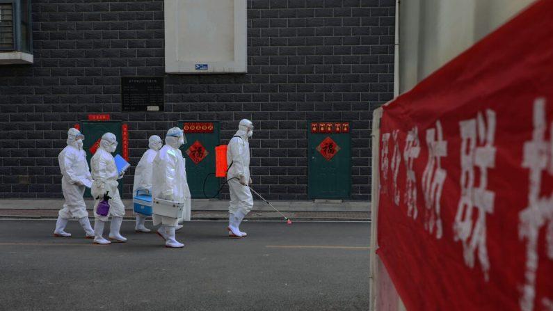 중국 동부 산둥성 린이에서 역학조사관들이 거리를 걷고 있다. 2020.2.10 | STR/AFP via Getty Images
