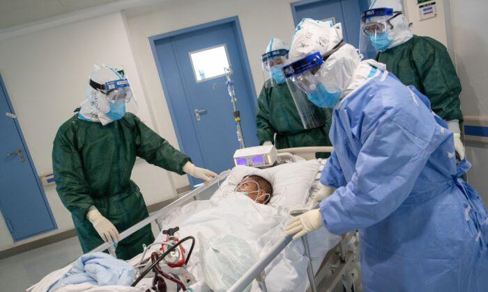 의료진이 중국 중부 후베이성 우한의 한 병원에서 신종 코로나바이러스에 감염된 환자를 이송하고 있다. 2020.2.22. STR/AFP via Getty Images