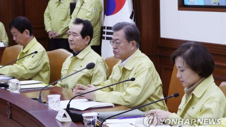 문재인 대통령이 23일 오후 정부서울청사에서 열린 코로나19 범정부대책회의에서 굳은 표정을 짓고 있다. | 연합뉴스
