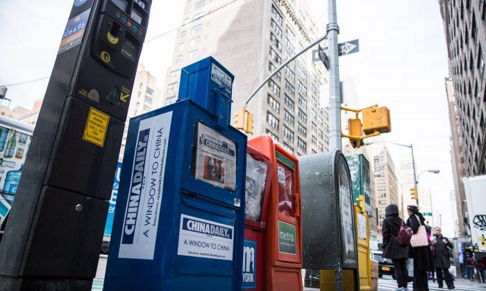 미국 뉴욕 맨해튼 미드타운 차이나 데일리 신문 판매대 2017. 12. 6. | Benjamin Chasteen/The Epoch Times