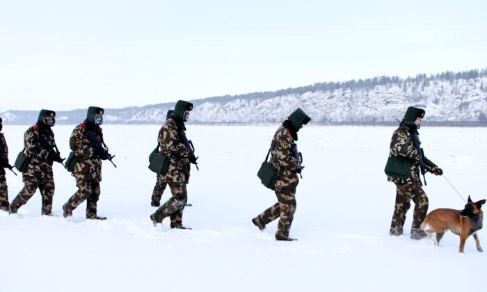 중국 동북부 헤이룽장성 모허현 눈 속에서 중국 준 군사 경찰 국경수비대가 훈련하고 있다. 모허는 중국 최북단 극한 기후 지역이며, 국경수비대는 영하 36도 낮은 온도에서 활동한다. 2016. 12. 12. | STR/AFP via Getty Images