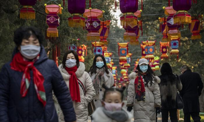 중국 베이징의 한 공원에서 보호 마스크를 쓴 주민들이 걷고 있다. 2020. 1. 25. | Kevin Frayer/Getty Images