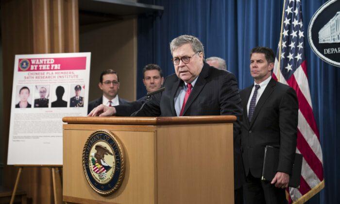 윌리엄 바 법무장관이 워싱턴에서 관계자들과 함께 기자회견을 열고 에퀴팩스 주식회사를 해킹해 미국인 수백만명의 데이터를 훔친 혐의로 중국군 4명을 기소했다고 발표했다. 2020. 2. 10. | Photo by Sarah Silbiger/Getty Images