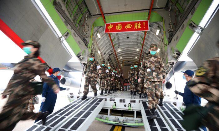 중국 후베이성 우한에서 신종 코로나바이러스 발생 후 중국 인민해방군 공군 수송기를 타고 의료진이 도착하고 있다. 2020. 2. 13. | China Daily via Reuters=연합뉴스