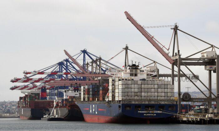 캘리포니아 롱비치 로스앤젤레스 항구에 선적 컨테이너가 하역된다. 2019. 5. 14. | Mark Ralston/AFP via Getty Images