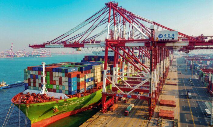 중국 동부 산둥성 칭다오 항에 컨테이너를 실은 화물선이 정박해 있다. 2020. 1. 14. STR/AFP via Getty Images