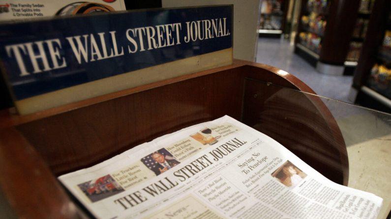 뉴욕 그랜드 센트럴 터미널 앞 신문 판매대에 놓인 월스트리트저널 2007. 5. 1. | Stan Honda/AFP via Getty Images