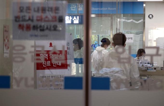 18일 오후 대구시 남구 영남대학교병원 응급실에서 의료진이 분주히 오가고 있다. 보건 당국은 이날 폐렴 증세를 보인 17세 소년이 영남대병원에서 사망해 신종 코로나바이러스 감염증(코로나19) 감염 여부를 검사하고 있다. | 연합뉴스