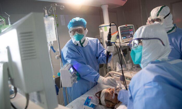 중국 우한의 한 병원에서중공 바이러스 환자를 치료하는 의료진. 2020. 3. 19. | STR/AFP via Getty Images