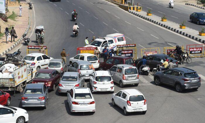 중공 바이러스 확산에 대한 예방책으로 우타르 프라데시 정부가 일부 지역에 내린 봉쇄 명령을 내림에 따라 가지푸르의 우타르 프라데시와 델리의 국경 검문소에서 경찰이 차량을 막고 있다. 2020. 3. 23. | Pracash Sing/AFP by Getty Images