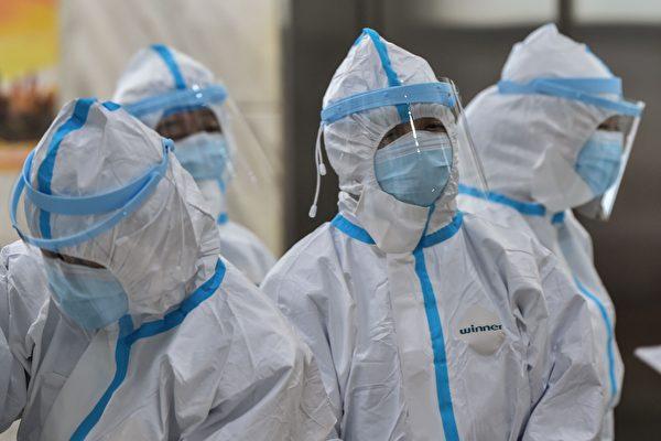 우한 홍십자 병원 의료진들   HECTOR RETAMAL/AFP via Getty Images