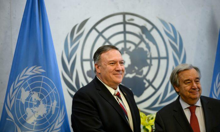 마이크 폼페이오(왼쪽) 미국 국무장관과 안토니오 구테레스 유엔 사무총장이 뉴욕 유엔본부에서 회담을 앞두고 사진 촬영을 위해 포즈를 취하고 있다. 2020. 3. 6. | AFP=연합뉴스