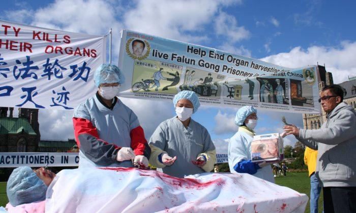 2008년 캐나다 오타와 행사에서 중국 파룬궁 수련자를 대상으로 장기 적출을 재현하고 있다. | The Epoch Times