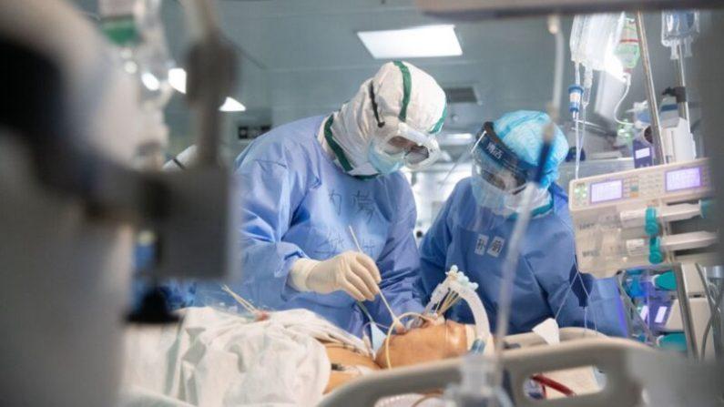 우한의 한 병원 의료진이 중공 바이러스 감염환자를 치료하고 있다 | STR/AFP via Getty Images