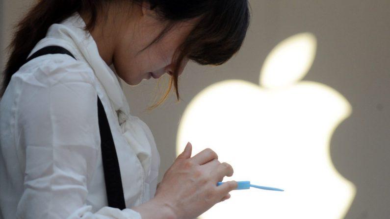 중국 상하이의 애플 매장에서 한 여성이 제품을 살펴보고 있다. | Peter Parks/AFP/Getty Images