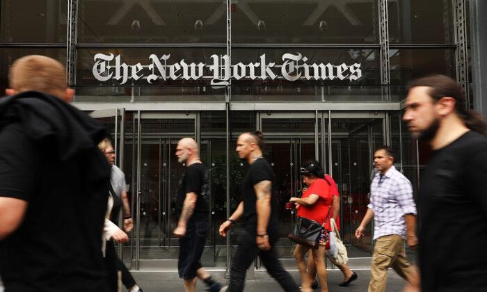 사람들이 뉴욕타임즈 빌딩을 지나가고 있다. 2017. 7. 27. | Spencer Platt/Getty Images
