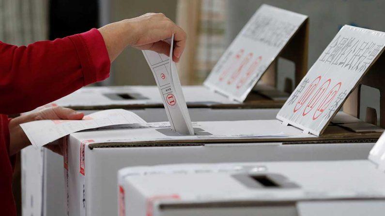 2018년 대만의 한 투표소에서 유권자가 투표하고 있다.   AFP=연합뉴스