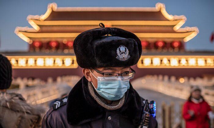 중국 베이징 톈안먼 광장에서 마스크를 착용한 경찰관이 경비를 서고 있다. 2020. 1. 23. |NICOLAS ASFOURI/AFP via Getty Images