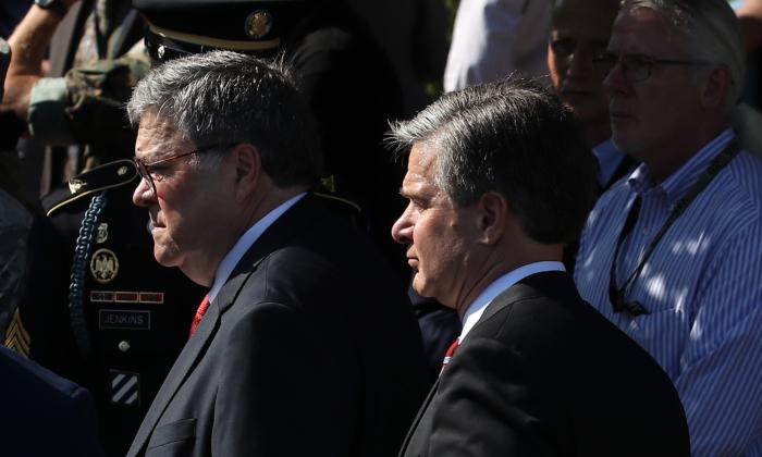 미국 버지니아 주 알링턴에 있는 펜타곤에서 윌리엄 바(L) 법무장관과 크리스토퍼 레이 FBI 국장. 2019. 9. 11. | Mark Wilson/Getty Images