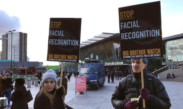인권 운동가 실키 카를로(왼쪽)가 런던 쇼핑센터 외곽의 이동식 경찰 안면인식기 앞에서 시위하고 있다. 2020. 2. 11.   AP=연합뉴스