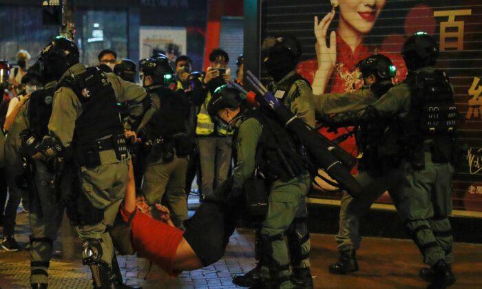 홍콩 몽콕에서 시위자를 구금하는 진압 경찰. 2020. 2. 28. | 로이터=연합뉴스