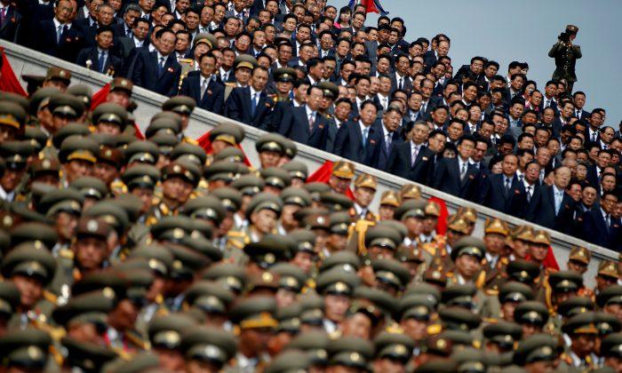 북한군 창건 105주년 김일성 생일 기념 열병식에 참석한 한 병사가 북한군·장교·고위 간부들을 촬영하고 있다. 2017. 4.15. |Damir Sagolj/로이터=연합뉴스