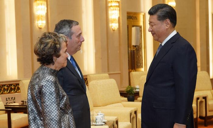 시진핑 중국 국가 주석이 베이징 인민대회당에서 로런스 S. 배카우 하버드대 총장과 부인 아델 플리트바코우와 대화하고 있다. 2019. 3. 20. | Andrea Verdelli/Pool/Getty Images