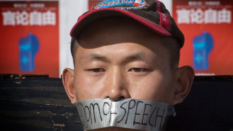 중국계 학생들이 2020년 2월 15일 캘리포니아 주 웨스트우드 UCLA 캠퍼스에서 신종 코로나 바이러스 내부고발자였던 고 리원량 박사 추모행사를 열고 있다. | MARK RALSTON/AFP via Getty Images