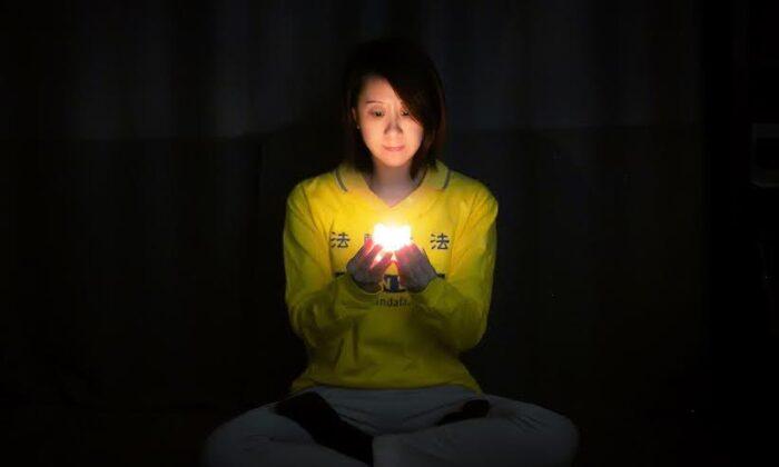 중국 파룬궁 박해를 되새기는 온라인 촛불 시위에 참가한 뉴욕의 한 여성. 2020. 4. 23. | Courtesy of Tuidang Center