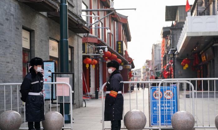중국 베이징 텅 빈 상가에 마스크를 한 중국 공안들이 서 있다. 2020. 2. 25. | Lintao Zhang/Getty Images