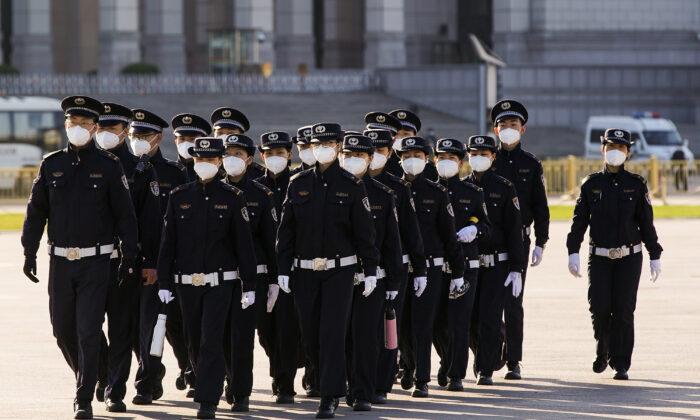마스크를 쓴 중국 보안요원들이 중국 베이징 톈안먼 광장을 행진하고 있다. 2020. 4. 4. | Lintao Zhang/Getty Images