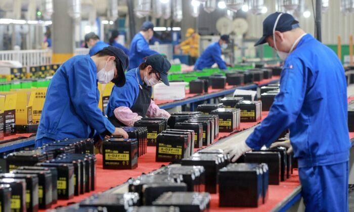 중국 동부 안후이성 화이베이 공장 배터리 생산라인에서 일하고 있는 직원. 2020. 3. 30. | STR/AFP via Getty Images
