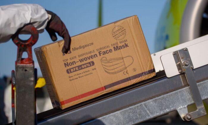 중국에서 라트비아의 수도 리가 국제공항에 도착한 의료용품 상자들. 2020. 4. 10. | Gints Ivuskans/AFP via Getty Images