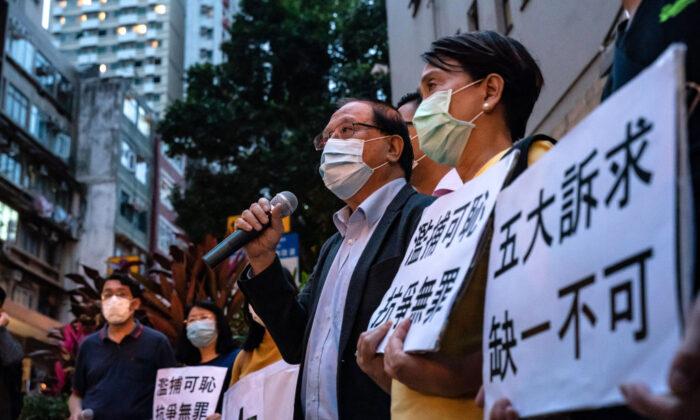 민주화운동 참가자와 지지자가 최소 14명 체포된 후 홍콩 서부경찰서 밖에서 민주화운동 지지자들이 현수막을 들고 구호를 외치고 있다. 2020. 4. 18. | Anthony Kwan/Getty Images