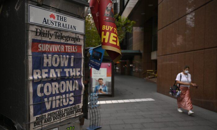 호주 시드니 한적한 거리에 보이는 코로나바이러스 발병 신문 헤드라인. 2020. 3. 30. | PETER PARKS/AFP via Getty Images