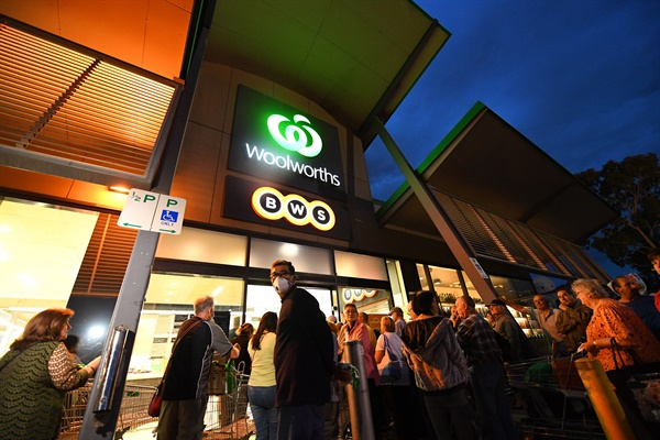 지난 3월 19일 호주 슈퍼마켓 체인인 울워스 앞에서 사람들이 기다리고 있다.   EPA=연합뉴스