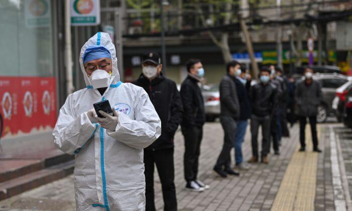 중국 후베이성 우한에서 사람들이 중공 바이러스 검사를 기다리고 있다. 2020. 3. 30. | Hector Retamal/AFP via Getty Images