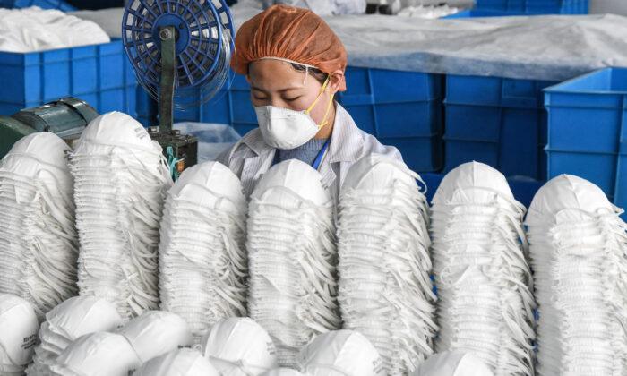 중국 허베이성 한단시 한 공장에서 마스크를 생산하는 근로자. 2020. 2. 28. | STR/AFP via Getty Images