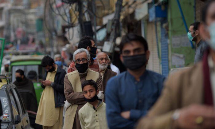 중공 바이러스 예방조치로 정부가 시행한 전국적 폐쇄 기간에 공공요금 납부를 위해 라왈핀디은행에 줄을 서 있는 시민들. 2020. 3. 30. | FAROOQ NAEEM/AFP via Getty Images
