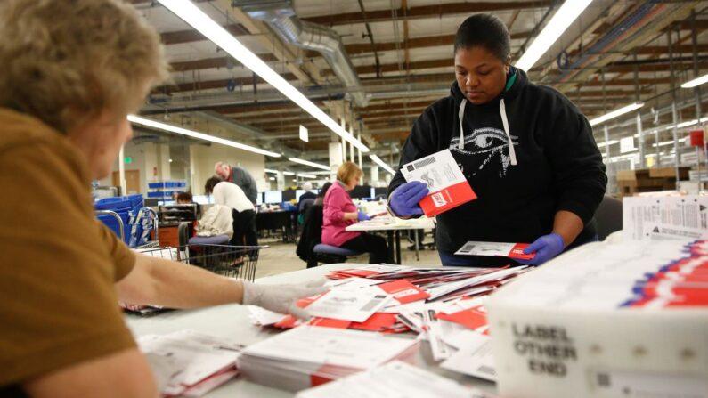 미국의 한 예비선거 투표 개표소에서 선거 관리원들이 우편투표 용지를 분류하고 있다. | 로이터=연합뉴스