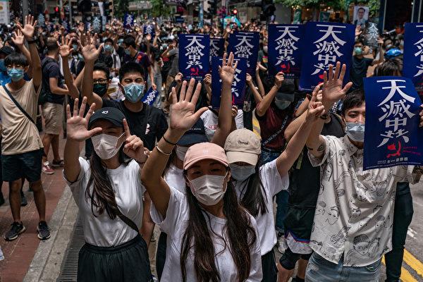 중국 공산당의 홍콩 국가보안법 제정에 반대하는 시위대가 하늘이 '중국 공산당을 멸할 것'이라고 쓴 푯말을 들고 행진하고 있다. 2020.5.24 | Anthony Kwan/Getty Images