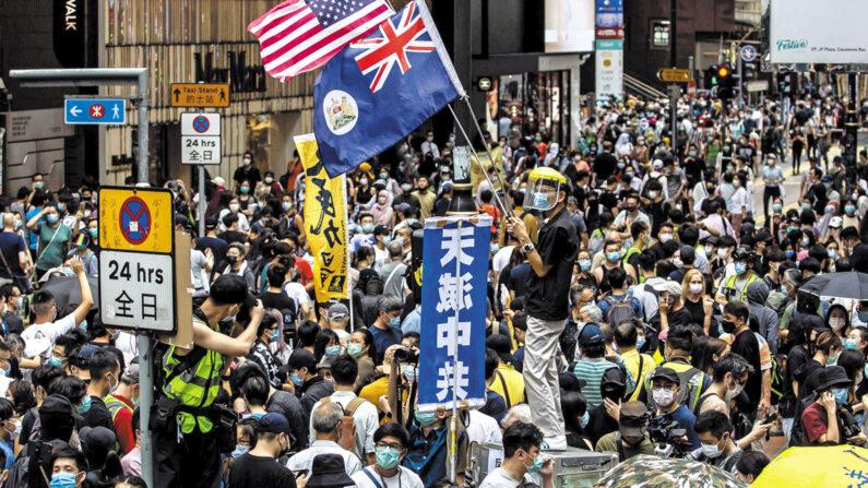 홍콩 번화가인 코즈웨이베이에서 중국 공산당의 홍콩 국가보안법 제정에 반대하는 시위가 벌어졌다. 가운데 파란 깃발은 '하늘이 중국 공산당을 멸할 것'이라는 내용이다. 2020년 5월 24일 | AFP=연합뉴스
