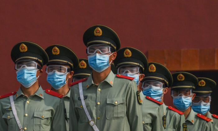 마스크를 하고 베이징 자금성 입구를 지키는 중국 경찰. 2020. 5. 2.   Kevin Frayer/Getty Images