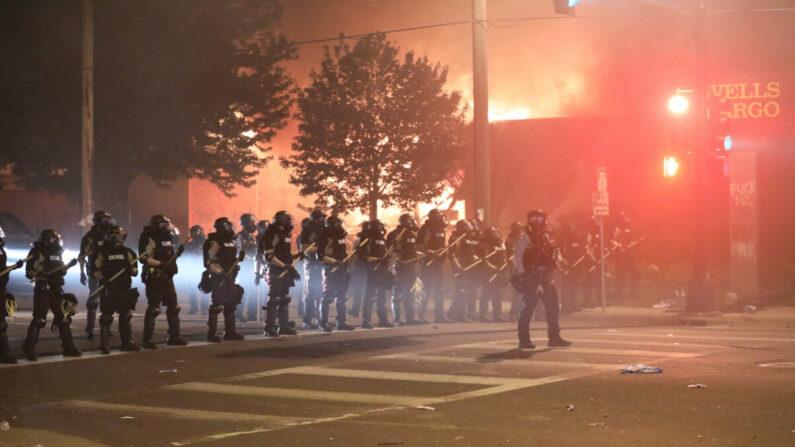 미니애폴리스 경찰이 방화와 약탈을 벌인 시위대를 향해 최루탄을 발사하며 해산시키고 있다. 2020.5.29 | Charlotte Cuthbertson/The Epoch Times