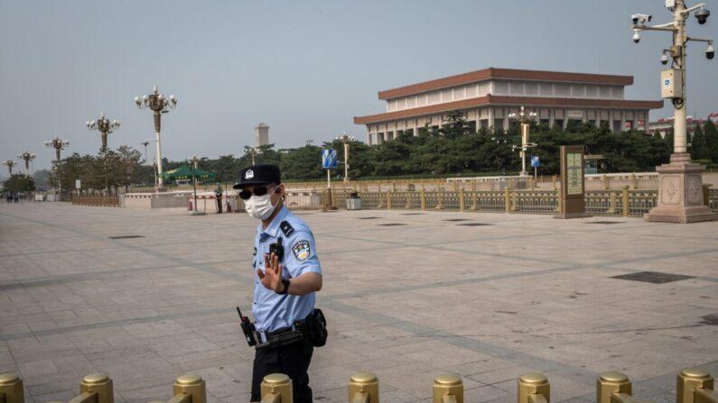 지난 3일 중국 베이징 톈안먼 광장에서 한 경찰이 행인을 통제하고 있다. | NICOLAS ASFOURI/AFP via Getty Images = 연합뉴스